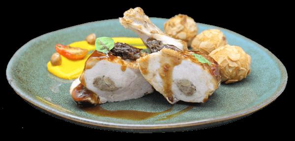 Assiettes de suprêmes de poularde aux morilles et noisettes du Piémont